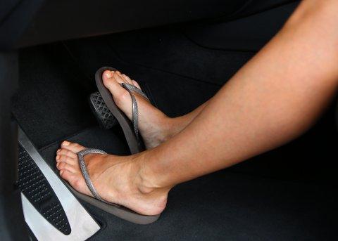 SITTER FAST: Mange tenker nok ikke over skovalget når de setter seg inn i en bil eller tenker, men dårlig fottøy kan henge fast i gulvmattene – slik at skoen ikke følger med fra gass til brems i det øyeblikket det skjer noe.