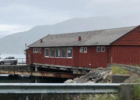 På den tidlegare ferjekaien på Brimens ligg det ein bygning som tidlegare var venterom og i dag husar offentleg toalett.