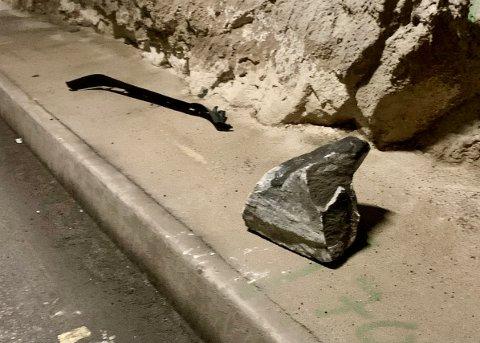 VÅGSLIDTUNNELEN 01 03 2021: Denne steinblokka løsnet fra tunnelen da Rune Merkesvik kom kjørende i 60 kilometer i timen
