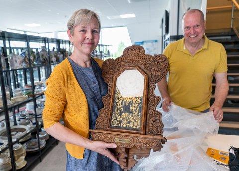 FORNØYD: Berit Saltnes viser stolt frem vegguret fra auksjonen.