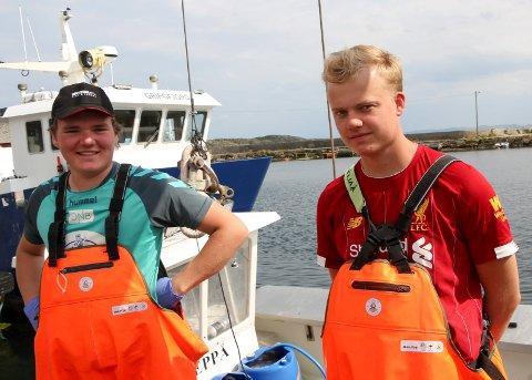 SNART I MÅL: De to 18-åringene Magnus Grønnstad Alvestad (t.v.) og Sindre Kro Solberg har vært sin leppefisk-kvote som skal fiskes denne sommeren. De er allerede snart i mål.