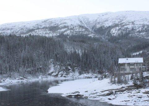 Rød tråd: Elva Vefsna er en felles ressurs i Grane, Hattfjelldal og Vefsn kommuner. Mulighetene for å utvikle mange og varierte opplevelsestilbud for turister er trolig store. Bildet er tatt ved Laksforsen i Grane. Foto: Jon Steinar Linga
