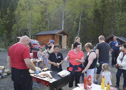 Pølser og avis: Det ble spist mange pølser og pratet mye om Helgelendingen på Marsøra onsdag. Foto: Ken-Robin Slaatrem