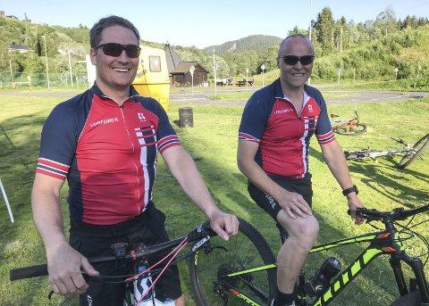 SATSER: Johnny Skjærvold (t.v.) og Joakim Sund i Leirfjord IL Terrengsykkel har ambisjoner om et anlegg for terrengsykling på Leland. Foto: Per Vikan