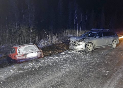 MØTEULYKKE: Den ene bilen havnet i grøfta etter møteulykken på Herringveien ved Kisen, åtte kilometer fra E6 Herringen-krysset. Fire personer ble lettere skadd. Foto: Per Vikan