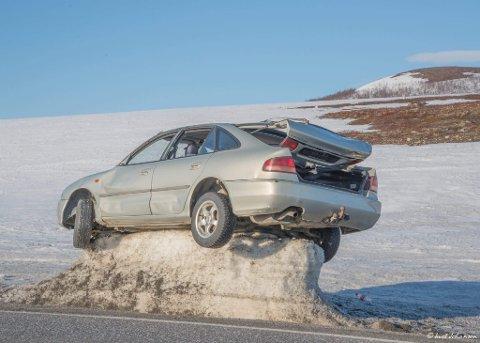 Smelter ikke: Skyggen fra bilen sørger for at hjulene på bilen nå står i fri luft, mens bilen fortsatt er plantet godt oppe i luften.
