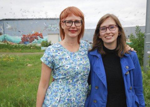 HAR STORTRIVDES: Lydkunstner Tine Surel Lange (t.h.) har stortrivdes i Berlevåg. Skrikene fra måsene i bakgrunnen er blant lydene hun har tatt opp. Emma Gunnarsson i SiB-komiteen har vært en viktig støttespiller.