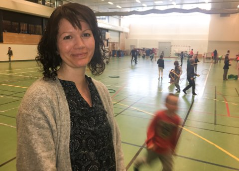 NØD SFO: Daglig leder i Vindvotten SFO, Anne Britt Føleide Hansen, i aulaen sammen med 70 barn. Aulaen har fungert som Nød-SFO i dag etter brannen i Røde Kors-bygget i Lakselv lørdag.