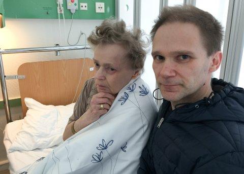 PÅ VENT: På femte uka ligger blinde Rønnaug Olsen (74) på vent på Hammerfest sykehus. – Det er utrolig tøft å være vitne til hvor fortvilet mamma er, sa sønnen Roar til ifinnmark 25. april.