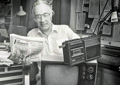 FLERMEDIAL: Journalist Ole Magnus Rapp tok dette bildet i 1986. Da var Reidar redaktør i Finnmark Dagblad og en dedikert avismann. Han avsluttet imidlertid sin mediekarriere som reporter i NRK i Troms og Finnmark. Slik fikk han jobbet også jobbet med både radio og fjernsyn. Foto: Ole Magnus Rapp