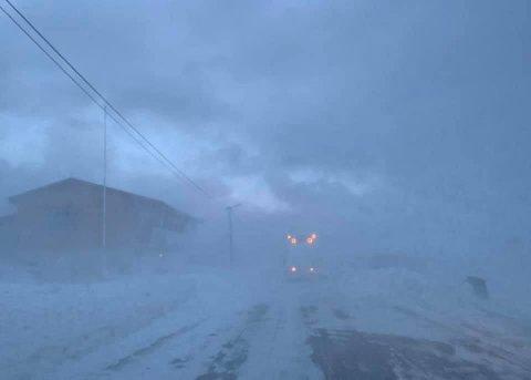 Slik ser veien inn til Gamvik ut onsdag. Flere bygder er nå isolerte grunnet stengte veier.