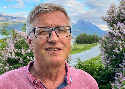 LYNGEN: Robert Jensen (62) har fått jobb som daglig leder i Nord-Troms Regionråd. I oktober starter han opp i sin nye stilling. Her er han avbildet i Lyngen i Troms, som blir hans nye hjemsted.