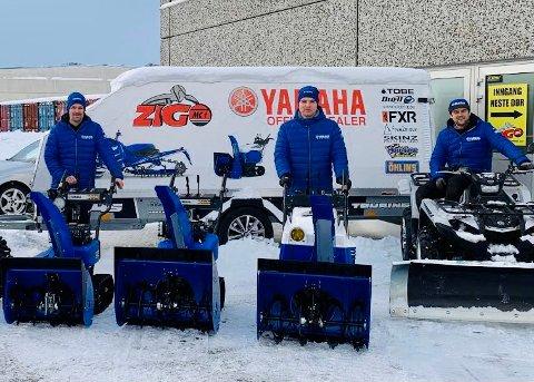 STOR ETTERSPØRSEL: Flere forhandlere i Harstad melder om stor pågang, ikke minst etter at snøen begynte å falle. Her er Martin Vik Mikalsen, Kenneth Berntsen og Tor Anders Aune i Zigo MC.