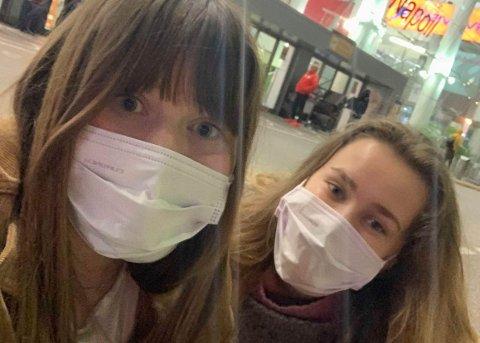 ITALIA: Sara Eik og Doris Haugland måtte komme seg ut av landet fortest mulig på grunn av nye karantenerestriksjoner. Her er de på flyplassen i Napoli.
