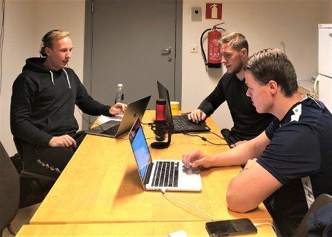 I PODSTUDIO: Sindre Gausdal Johannessen (f.v.),  og de faste podkast-makkerneSebastian Mossestad og Thomas Husebø i gang med innspilling av episode nummer to.