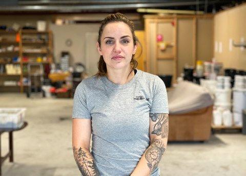MURER: Leah Kverme prøver alltid å sette smilet på når hun er ute på jobber hos kunder.