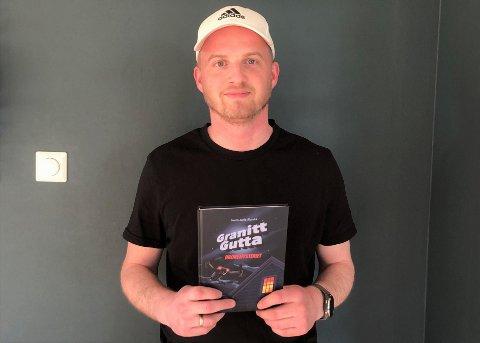 """FORFATTAR: Nærbøbuen Svein Jarle Åbrekk har skrive boka """"Granittgutta - dronemysteriet"""". Nå er han i gong med bok nummer to."""