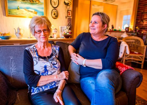 Wanda Medhus (t.h.) er på heimebesøk hos Bjørg Stuland frå Seimsfoss. Dei har halde kontakten i overkant av eitt år, og Bjørg rosar både kreftsjukepleiaren og tilbodet. – For meg var dette bingo, smiler Bjørg.