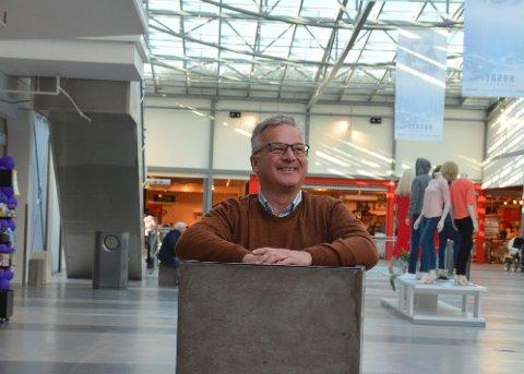 Senterleiar Geir Jakobsen ser at Halsnøytunnelen har gitt mange positive effektar – ikkje minst for handelen på Husnes.