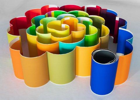 PAPIR: Verk av Åse Anda, som likar å jobba med papir, farge og trykk.