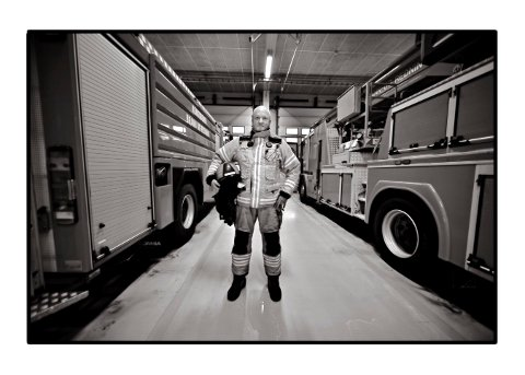 STÅR STØDIG: Morten Sivertzen har lang erfaring som vaktleder og utryktningsleder i Kongsberg brann- og redningstjeneste.