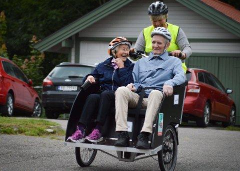 POPULÆR FARKOST: En slik sykkel, som de har på Hvittingfoss bo- og behandlingssenter, står også på ønskelisten i Flesberg. Her ser vi Sven Karlsson og Åse Lie kose seg på sykkeltur. Bak rattet: Gunn Kristin Roso.