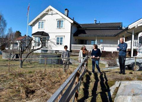 VANT FRAM: Torfinn Tobiassen og Inger L. Jarnes, de to ytterst til høyre, er blant naboene som har klaget på boligplanene i Bergetløkka. Her sammen med Ann Cathrin Sandell og Karin Weslien (t.v.). Nå har de fått gehør hos politikerne.