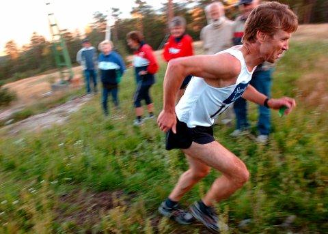 KONGSBERG OPP: Motbakkeløpet Kongsberg Opp var veldig populært for en del år siden. Her er det o-løper Egil Meaas som sliter seg til mål. FOTO: OLE JOHN HOSTVEDT