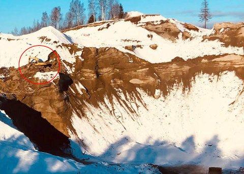 På kanten: Det ser ut som at gravemaskinen på Lyngåsmorena står nærme stupet.