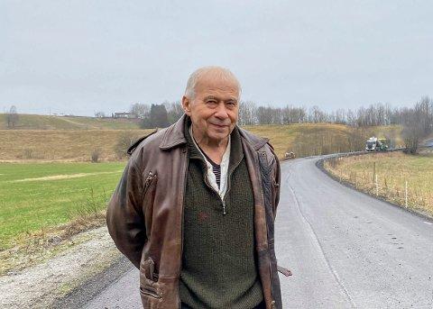 Ventet lenge: Kjell Kortnes har ventet på asfalt i Baneveien i mange år. – Det er et eventyr, sa han da han fikk kjøre på den nå nyasfalterte veien.