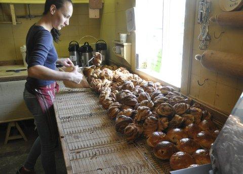Suksess: Bakerisjef Anca Tinc og staben på seks produserer tusen kanelsnurrer hver dag i det 173 gamle bakeriet på Å. aLLE FOTO: mAGNAR jOHANSEN