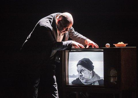 HÅKJERRING: I teaterversjonen av Morten Strøksnes sin bok «Havboka» får vi fortellingen om håkjerringa og fiskeren fra haiens perspektiv. Det er et unikt møte mellom fisker og bytte.