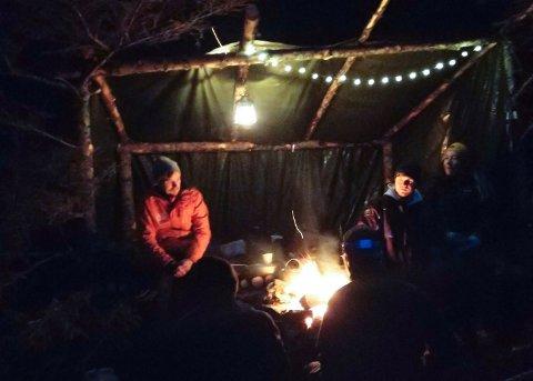 KOSELIG JULEFERING: Under juleferinga dukket flere venner opp i gapahuken, som ble pyntet med lys.