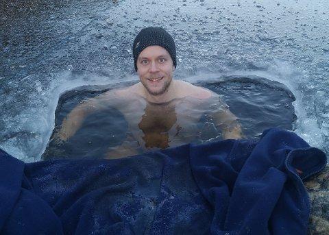 TO MINUTTER: Til nå har 31-åringen klart å oppholde seg i det kalde vannet i to minutter. Målet er å tåle litt mer for hver gang.