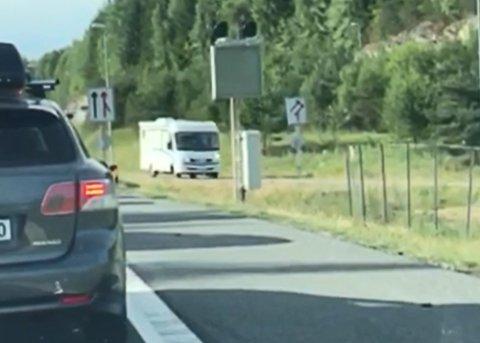 FEIL VEI: Her kjører utålmodige bilister av E6 i helt feil kjøreretning og trosser alle stoppskilt.