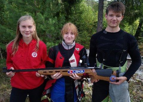 STOR DAG: Silje Jeanett Holter (i midten) gikk til topps i både den individuelle konkurransen og lagskytingen. Guro Karlsen og Marius Bakken bidro til laggullet.