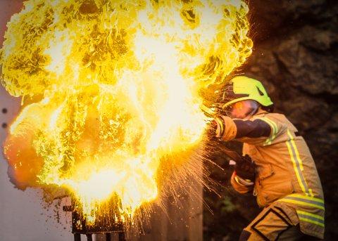 HEFTIG: Litt vann i en brennende smultgryte kan være katastrofalt. – Ha alltid et lokk ved siden av komfyren, sier branninspektør Bjørn Refling som her demonstrerer en smultgryte-brann. Han oppfordrer alle som har en bekymring enten for seg selv, sitt eget hjem eller andre om å ta kontakt for en prat.