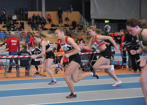 PÅ TOPP: Kaja Eidshaug Pedersen (272) spurter her fra alle under UM i friidrett i Steinkjerhallen. Noen uker senere la hun bort piggskoene.