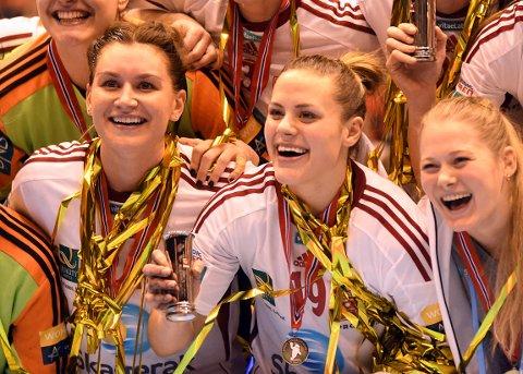 GOD SOM GULL: Thea Mørk var i strålende humør under medaljeutdelingen. Her med Amanda Kurtovic.