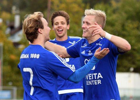 JAAAA: Adrian Fritzøe Østman har stanget inn 2-0, og gratulereres av Mats Ulvund Paulsberg og Mats Thomassen Kristiansen.