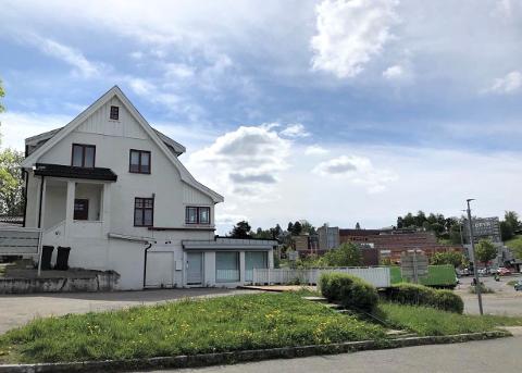 For tre år siden ønsket Rema 1000 å bygge et stort nybygg i Østensjøveien 74. Siden har ingenting skjedd med det hvite huset.