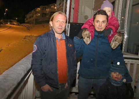 MISTET PLASSENE: Raymond Sebergsen og Dan-Vegar Fredlund med Emma (2)  og Olian (5) er blant beboerne som nå har mistet parkeringsplassene i veien. Foto: Astrid Øvre Helland