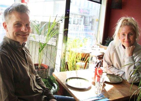 NYE PRESIS: Styreleder Åge Charles Heimland og daglig leder Elisabeth Waage Murillo på Presis i Storgata.