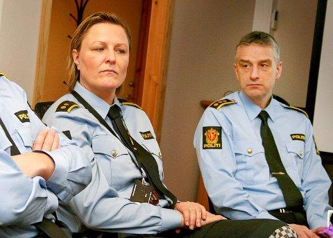 ETTERFORSKER: Politiet gjennomførte onsdag ny razzia. En mann i 20-årene ble pågrepet på Senja. Her er politioverbetjent Katrine Grimnes og lensmann Andreas Nilsen