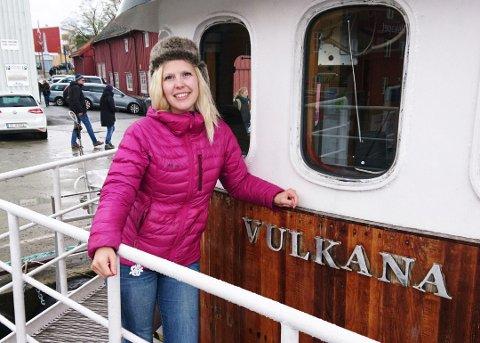 SATSER SKI OG SYKKEL: Vulkana-eierne gikk med tap i 2017, men satser på at Vulkana-driften vil gå bedre i år og til neste år. Daglig leder Julie-Helene Dalan Sørensen på dekk ved kai i Tromsø.