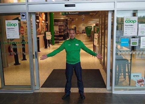 NORSKE KUNDER: Butikksjef Henrik Weile på Coop Storlien gleder seg til å åpne dørene for grensehandlende nordmenn igjen.