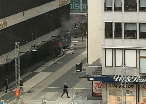 En lastebil kjørte rett inn i en butikk i Stolckholm fredag. Politiet mistenker at det er snakk om en terroraksjon. Foto:  Andreas Schyman/TT / NTB scanpix