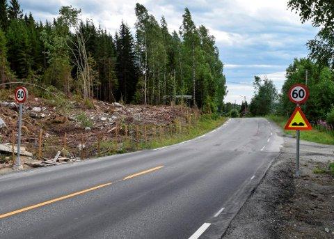 FULLFØRES: Det er brå overgang fra ny, god vei til gammel, dårlig vei på Fylkesveg 247 i Skeskroken. I november starter utbedringen av de gjenstående tre kilometerne ned mot hov stasjon.