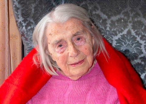 FIKK KJEMPEREGNING: Rigmor Alice Fosmo (95) fikk vannregning på 120.000 kroner fra Østre Toten kommune. Folkevalgte mener hun bør slippe å betale på grunn av kommunens egne saksbehandlingsfeil.