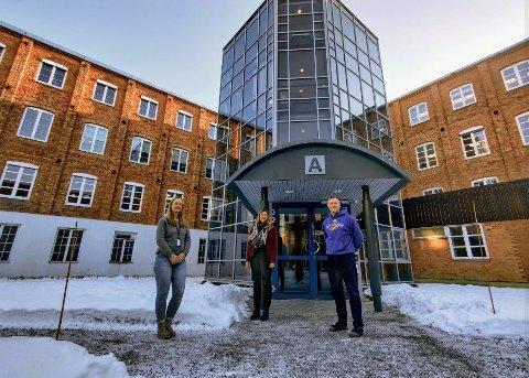 KOMMUNALT SAMARBEID: Daglig leder Randi Haugen, avdelingsingeniør Miriam Tessem Strøm og avdelingsingeniør Knut Hagen. – Tilsyn med etterlevelsen av innreisekarantene vil fremover være en prioritert arbeidsoppgave, sier de.